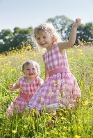 草地で遊ぶ姉妹