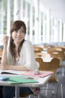 学食で勉強する女子大生