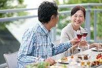 テラスで食事する夫婦