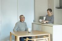 お茶の時間を楽しむシニア夫婦