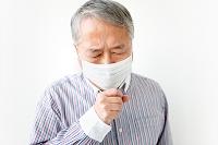 マスクをして咳き込むシニア日本人男性