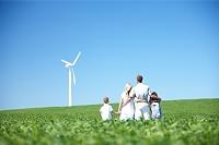 風力タービンを見つめる外国人家族