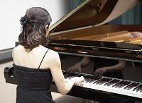 ピアノを演奏する日本人女性