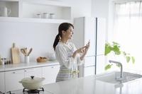 スマートフォンで調べる日本人女性