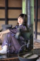 古民家でくつろぐ日本人女性