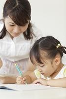 勉強する日本人の女の子と先生