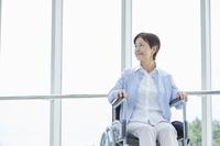車椅子に乗る日本人のシニア女性