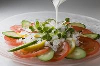 トマトときゅうりのサラダにドレッシング