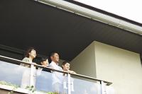ベランダから外を眺める日本人ファミリー