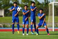壁を作るサッカー選手