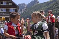 スイス 民族衣装を着た子供