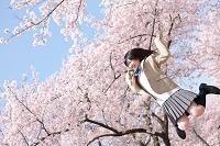 ジャンプしている女子高生