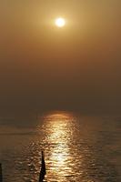 朝日と船の船尾
