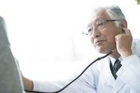 聴診器をあてる医者