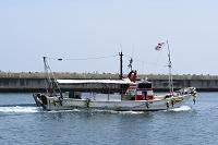 淡路・佐野漁港操業を終えて帰る漁船