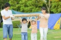 キャンプファイヤーの薪を運ぶ家族