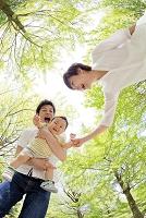 新緑の下で遊ぶ日本人家族
