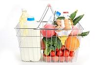 買い物かごにたくさん入った食料品