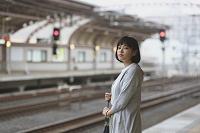プラットフォームにいる若い日本人女性