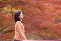 紅葉狩りをする中高年日本人女性
