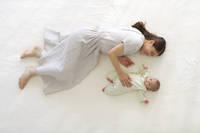 寄り添うお母さんと赤ちゃん