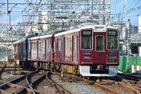 大阪府 阪急電鉄 平面交差を渡る1300系普通電車