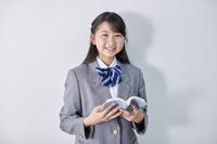 読書をする女子中学生