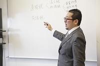 教壇で講義する教授イメージ