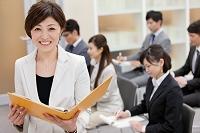ビジネス研修をする女性講師