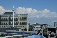 東京都 走るゆりかもめと有明駅周辺の街並み