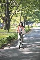 自転車に乗る日本人女性