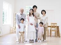 妊婦のお母さんと日本人の三世代家族