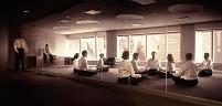 座禅を組むビジネスチーム