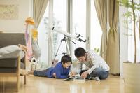 図鑑を見る日本人親子