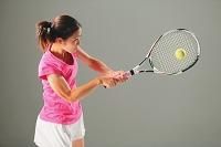 テニスする若い日本人女性