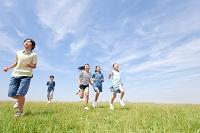 芝生を走る日本人の子供達