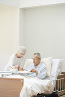 食事する老々介護の日本人シニア夫婦