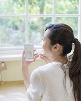 スマートフォンを持つ日本人女性