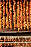山梨県 軒先に吊るされたころ柿