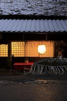 京都府 雪化粧した夕刻の平野屋