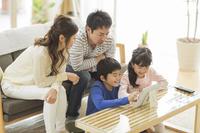 団らんするリビングの日本人家族