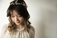 ヘッドアクセサリーをつけた日本人女性
