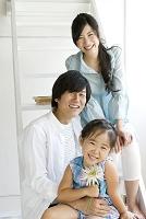 幸せそうな夫婦と娘
