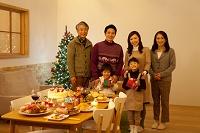 クリスマスプレゼントを持つ3世代家族