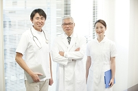 病院の医師と看護師