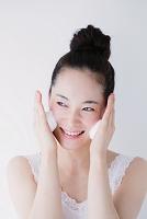 洗顔をする若い日本人女性