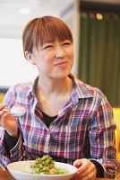 カフェでランチをする女性