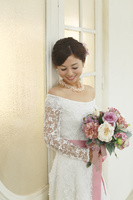 アンティークな扉の前に立つ美しい花嫁