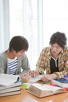 勉強をする男子学生