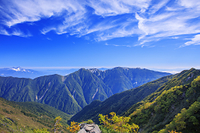 山梨県 八本歯ノコル付近より紅葉と八ヶ岳と鳳凰三山 南アルプス